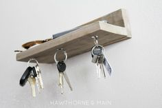 Klucze pod stałą kontrolą. Wieszaki na klucze często są przeładowane i obciążone. Niejednokrotnie haczyki, na których powiesiliśmy nasze kluczki do samochodu nie wytrzymują, spadają, a z nimi wszystko, co było tam zawieszone – potem tracimy czas na poszukiwania kluczy. Rozwiązaniem może być półeczka z magnesami, do których klucze się po prostu przyczepią. Praktyczne, a w dodatku wygląda rewelacyjnie. #gadżety #klucze #magnesy ##szafka ##na ##klucze