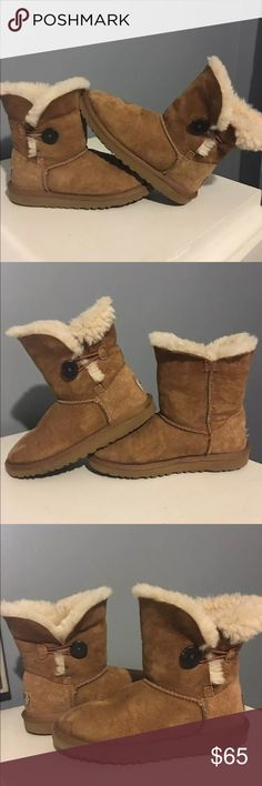 Girls UGG Chestnut Bailey Button Boots Size 2 Kids UGG® Australia Bailey Button Boots Style # 5991 Color:  Chestnut 100% Authentic Size 2 (US) Excellent pre-owned condition. I would rate these boots an 8+ out 10 in my opinion.  Twinface sheepskin with suede heel guards and a woven logo on heel.  The Bailey Button has elastic closure with a functional wood button.  Genuine sheepskin that naturally wicks away moisture and helps keep feet dry and cozy Molded EVA that is very light and flexible…