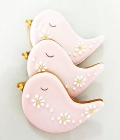 Sweet 'n' Pretty birds Cookies make a great wedding favour to say a big thank you to your guests and are perfect for any party.Our cookies are made with quality ingredients and decorated with lots of love and care. You can have your cookies custom made Bird Cookies, Cute Cookies, Easter Cookies, Cupcake Cookies, Sugar Cookies, Cupcakes, Meringue Cookies, Cookie Frosting, Royal Icing Cookies