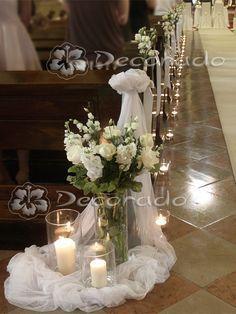 Kwiaty w świetle świec – wystrój kościoła oo. Wedding Stairs, Wedding Pews, Wedding Isles, Wedding Bouquets, Wedding Flowers, Wedding Church, Fall Wedding, Wedding Pew Decorations, Church Aisle Decorations
