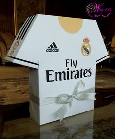 REAL MADRID themed handmade gift box in a form of T-shirt for 'His' Birthday. Cute Boyfriend Gifts, Birthday Gifts For Boyfriend, Real Madrid, Easy Diy Candy, Soccer Theme Parties, Paper Box Template, Soccer Birthday, Soccer Gifts, Diy Gift Box