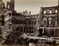 La cour de l'Hôtel de ville après l'incendie.