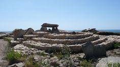 La nécropole néolithique du Souc'h Finistère Stonehenge, Cairns, Region Bretagne, Ancient Architecture, British Isles, Mysterious, Statues, Places To Visit, Around The Worlds