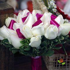 Buquê de Noiva montado com rosas brancas e laço cor de rosa.