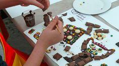 DIe Kinder malen auch mit Schokoladen-Farben!
