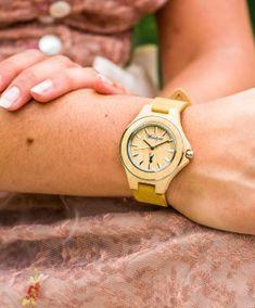 Die Zirbenuhr für Damen ist ein einzigartiger, eleganter Zeitmesser aus Steirischem Zirbenholz.  Das Holzgehäuse ist mit einem Edelstahlring eingefasst und das Armband ist aus einem echten Leder gefertigt. Neben der ansprechenden Optik und Haptik zeichnet vor allem der wohlriechende Duft dieses Uhrenmodell aus!   Das Zirbenholz stammt übrigens aus dem steirischen Ennstal. Wood Watch, Fashion, Accessories, Leather, Women's, Wooden Clock, Moda, Fashion Styles, Fashion Illustrations