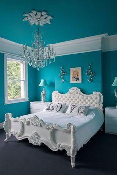 Wandfarbe Schlafzimmer, Ein Weißes Bett Mit Einer Weißen Decke Und Mit Zwei  Weißen Kissen,