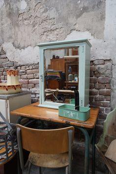 Wat een prachtig wandkastje is dit in een mintgroene kleur en een spiegel op het deurtje. In de houten vakken zitten een paar glazen plankjes. Leuk als medicijnkastje in de badkamer of als wandkastje in keuken, kamer of slaapkamer. Kijk voor een wisselend aanbod aan kasten en kastjes op www.grijsengroen.nl