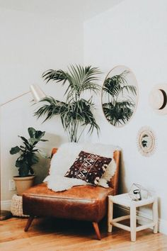 ein bequemer brauner Lederstuhl mit einem bedruckten Kissen und einem Kunstfellbezug für eine Bohoecke