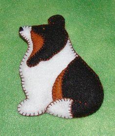It's Happy (our dog) in felt! Felt Ornaments Patterns, Dog Ornaments, Felt Christmas Ornaments, Felt Patterns, Christmas Crafts, Dog Crafts, Animal Crafts, Dog Template, Felt Dogs