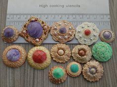 36 Eetbare fondant sieraden, (Fotos 1 t/m 3) van eetbare fondant voor op je cupcakes of je taart. Deze sieraden zijn gemaakt van fondant, suiker parels en hand beschilderd met metallic of parelmoer eetbaar colour dust. Dit product wordt handgemaakt op bestelling, daarom kan de kleur en afwerking naar keuze uitgevoerd worden. Graag overleg ik met je per e-mail. YummyBlingBling@gmail.com Ik gebruik fondant van Funcakes. De volgende fondant kleuren zijn leverbaar: bright white, skin tone…