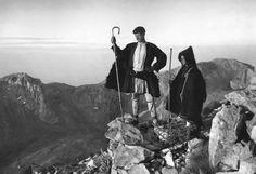 Shepherds at the top of Parnassus, 1903 - Frederic Boissonnas Richard Avedon, Old Photos, Vintage Photos, Mona Lisa, Greek Culture, Albanian Culture, Frederic, Parthenon, Rio De Janeiro