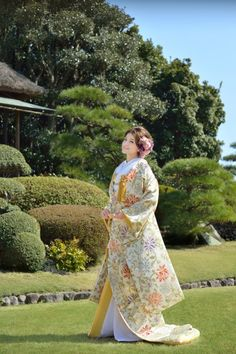 Love this beautiful kimono wedding dress 💕 ✨ Traditional Kimono, Traditional Fashion, Traditional Dresses, Japanese Outfits, Japanese Fashion, Asian Fashion, Japanese Wedding Kimono, Japanese Kimono, Traditioneller Kimono