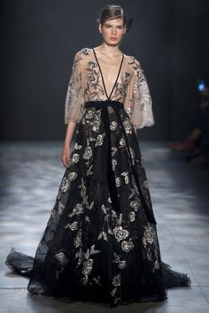 See all the gorgeous Marchesa gowns from New York Fashion Week - Fall 2017 Style Haute Couture, Couture Fashion, Runway Fashion, High Fashion, Fashion Show, Trendy Fashion, Winter Fashion, Fashion Trends, Vestidos Fashion