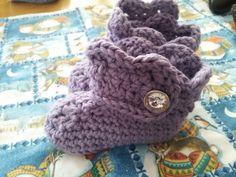 baby booties. purple. www.facebook.com/lefthandcrochet
