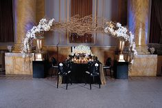 LOVING this gorgeous arch and table setup!