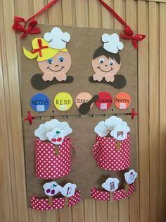 Szandra Mezriczki    Frissen végzett óvó néni és a dajka néni közös munkája Letenyei Hóvirág Óvoda pillangó csoportos gyerkőceinek készült a napostábla Grandparents Day Crafts, Kitchen Themes, Back To Work, Elsa, Kindergarten, Preschool, Projects To Try, Diy, Chefs