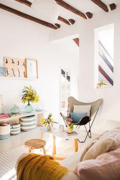 salon de un piso pequeño con una butaca mariposa