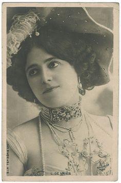 VRIÈS, Liane de_SIP. Photo Reutlinger [The collar resembles some Lalique collars I've seen from the same period]