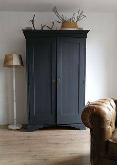 Zwarte kast geverft met Le Blanc & Noir Wat is Avant-garde meubels? Armoire Makeover, Furniture Makeover, Diy Furniture, Distressed Furniture, Painted Furniture, Painted Armoire, Furniture Restoration, Home And Living, Interior Inspiration