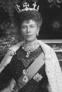 The Cullinan Diamond can also be removed from the scepter. Queen Mary, consort of King George V, shows off the Cullinan diamond as a hefty brooch. She is wearing the Cullinan III and IV diamonds as a pendant. The Brooch is made up of Cullinan I and II. Queen Mary, Princess Mary, Queen Elizabeth Ii, King Queen, Roi George, King George, Royal Crowns, Royal Tiaras, Eugenie Of York