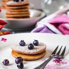 Puszyste, fit placuszki owsiane   Przepis   JEDZENIOWY.COM Healthy Recipes, Healthy Food, Pancakes, Cheesecake, Lunch Box, Food And Drink, Diet, Vegan, Breakfast