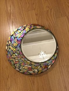 40 DIY Mosaic Design Ideas with Tile, Rocks and Glass - Want a DIY to enhance your home decor? You're going to want to give mosaic a try. Cd Mosaic, Mosaic Pots, Mirror Mosaic, Mosaic Crafts, Mosaic Projects, Mosaic Wall, Mosaic Glass, Stained Glass, Glass Art