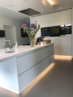 Kitchen Interior, New Kitchen, Bungalow Kitchen, Bright Kitchens, Design Moderne, Cuisines Design, Modern Kitchen Design, Kitchen Organization, Luxury Homes