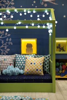 """A decoração pode ser uma ótima aliada do aprendizado e desenvolvimento infantil, como demonstra a arquiteta Nayara Macedo com o seu """"Quarto do Menino"""". Este ambiente foi projetado por ela especialmente para a mostra """"Morar Mais por Menos Rio 2015"""" e tem como prerrogativa a psicologia Montessoriana que vê o quartinho como um espaço de …"""