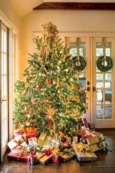 Southern Christmas-Our Favorite Christmas Trees: Branch Out When Hanging Lights on the Tree Elegant Christmas Trees, Christmas Tree Pictures, Christmas Tree Garland, Christmas Tree Themes, Christmas Mantels, Christmas Lights, Christmas Holidays, Merry Christmas, Christmas Morning