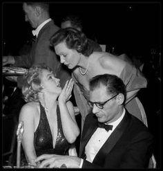 """18 Décembre 1956 / Marilyn et Arthur MILLER se rendent à la première du film """"Baby Doll"""" au """"Victoria Theater"""" sur Broadway, New York. Après la première au cinéma, Marilyn et Arthur se rendent à une grande réception organisée au """"Waldorf Astoria"""". Le couple y apparaît plus que jamais très amoureux, dansant lascivement ensemble. Marilyn y donne une interview pour la radio. / ANECDOTE / C'est une des rares fois que Marilyn coiffe sa fameuse mèche sur le côté gauche. (photos signées Paul…"""