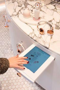 Tablette digitale pour faire le test du parfum qui vous correspond! Digital Retail, Pos Display, House Plants Decor, Retail Experience, Shop Interiors, Retail Shop, Shops, Interactive Design, Retail Therapy