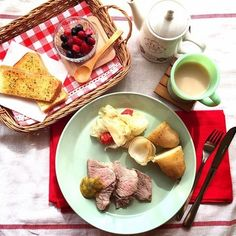 お料理の色合いを邪魔しないのに、主張のあるイッタラのティーマ。  朝ごはんが一気にスタイリッシュになります。