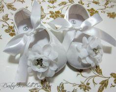 Cuna de bebé de raso blanco niña zapatos por babyScarlettBoutique