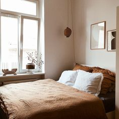 Small double bedroom with white walls and brown linen bedding in Mary's Charming and Relaxed Family Home White Wall Bedroom, White Wall Decor, White Rooms, Living Room Bedroom, White Walls, Bedroom Decor, White And Brown Bedroom, Minimalist Bedroom, Minimalist Home