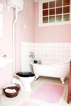 ℰᏁ ᎮℛᎯKTℱUℒℒ ᎦℰKℰℒᎦKℐℱTℰᎦⅅℛÖℳ: Det ursprungliga tvättrummet intill sängkammaren har blivit ett riktigt badrum med badkar med lejontassar. Inredning från Byggfabriken.