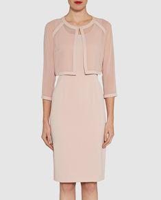 Conjunto formado por chaqueta y vestido en color rosa palo. Chaqueta de manga francesa, realizada en gasa y cierre superior en el cuello. Vestido corto, sin mangas y escote redondo.