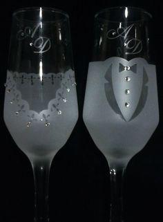 Taças para brinde dos noivos ou presente para padrinhos.  Personalizadas.  medidas taça  altura 19,5 cm  base 6 cm diâmetro  personalizadas com strass