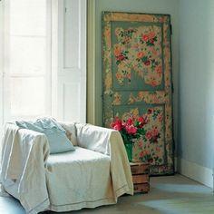 A porta antiga virou acessório decorativo.