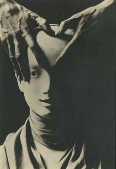 BERENICE ABBOTT Cocteau's Hand on Mask of Antigone, 1927 tirage argentique initiales 'E.' (au verso) image x cm.) feuille x 13 cm.Shalom Shpilman vendue au profit du Shpilman Institute for Photography Creepy Horror, Creepy Art, Scary, Arte Horror, Horror Art, Ville New York, Berenice Abbott, Jean Cocteau, Arte Obscura