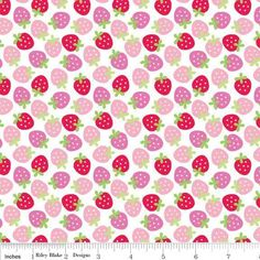 Dieser wunderschöne amerikanische Baumwollstoff mit süßen Erdbeeren in rosa, rot und grün auf weißem Hintergrund ist aus der nagelneuen Serie *Swee...