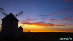 Gigantes en el ocaso, molinos de viento. Anochece en Campo de Criptana, La Mancha y yo sin mi cámara ante este espectáculo nocturno, todaví...Leer más... http://www.fotografiart.eu/gigantes-en-el-ocaso-molinos-de-viento/