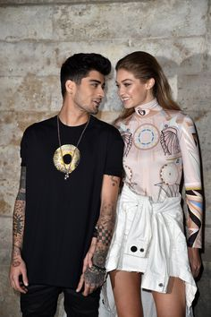 Gigi Hadid & Zayn Malik from The Big Picture: Today's Hot Pics The look of love! The pair only have eyes for each other at the Givenchy show during Paris Fashion Week. Estilo Gigi Hadid, Gigi Hadid And Zayn Malik, Mario Testino, Estilo Fashion, Ideias Fashion, Givenchy, Couple Moments, Vogue, Salma Hayek