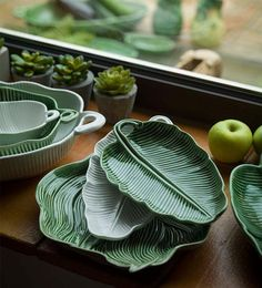 Leaves Banana Leaf Bowl, by Bordallo Pinheiro – Tableware Design 2020 Ceramic Plates, Ceramic Pottery, Ceramic Art, Leaf Bowls, Pottery Designs, Clay Projects, Earthenware, Clay Art, Decorative Bowls