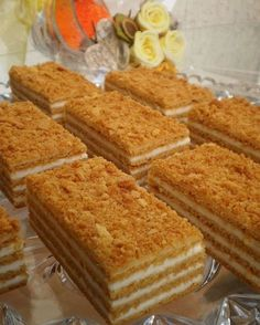 Neuvěřitelně chutný, sladký a velmi jednoduchý klasický recept na medové řezy. Nádivka ze zakysané smetany a cukru. Layered Desserts, Sweet Desserts, Sweet Recipes, Cake Recipes, Dessert Recipes, Czech Desserts, Russian Cakes, Kolaci I Torte, Czech Recipes