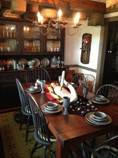 FARMHOUSE – INTERIOR – early american decor inside this vintage farmhouse seems perfect in this dining room. Primitive Dining Rooms, Country Dining Rooms, Primitive Homes, Primitive Kitchen, Country Kitchen, Country Primitive, Primitive Decor, Country Homes, Primitive Christmas