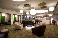 Rekordszámú pályázat! Megkezdődött a közönségszavazás Az Év Irodája versenyen! Evo, Chandelier, Ceiling Lights, Lighting, Design, Home Decor, Candelabra, Decoration Home, Room Decor