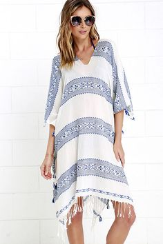 Sway in style in the Swift Movements Blue and Ivory Kaftan Cover-Up! Blue woven stripes, in a southwestern design, decorate a flowy kaftan cover-up with tassel and fringe accents along the hems.