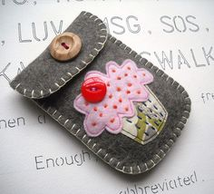 cup cake applique So adorable! I do love felt, so easy to work with! Felted Wool Crafts, Wool Quilts, Arts And Crafts, Diy Crafts, Felt Decorations, Patchwork Bags, Sewing Accessories, Felt Hearts, Easy Sewing Projects