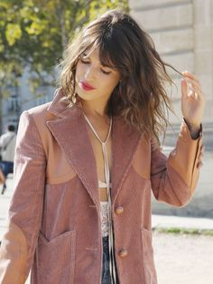 French beauty icon and designer Jeanne Damas shares her chic morning routine, plus the dry shampoo she's been buying for years. French beauty icon and designer Jeanne Damas shares her chic morning routine, plus the dry shampoo she's been Korean Beauty Routine, Morning Beauty Routine, Skin Care Routine For 20s, Skincare Routine, Night Routine, Jeanne Damas, Diy Beauty Secrets, Beauty Hacks, Beauty Products